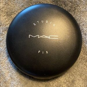 MAC Studio Fix Powder Foundation - Color NC43